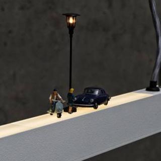Straßenszene mit leuchtender Laterne